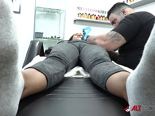 Femdom Sindy Ink Pussy Wide Open For Tattoo