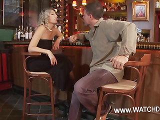 Armenian Milf vernascht den Barkeeper